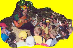 Micha singt mit gitarre im Wald